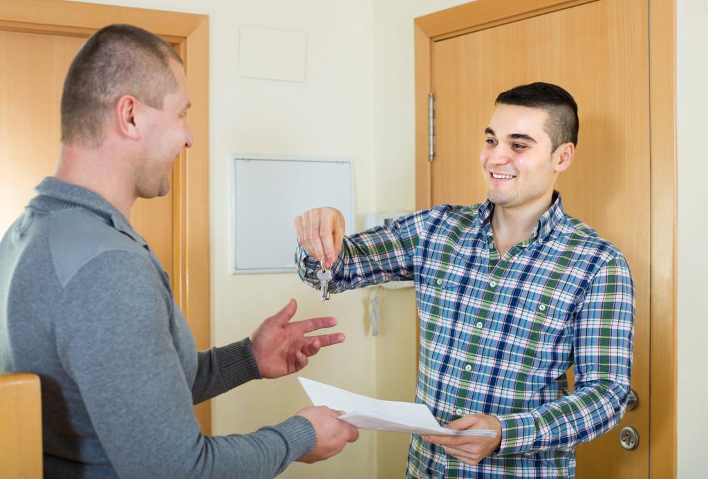 landlord handing the keys