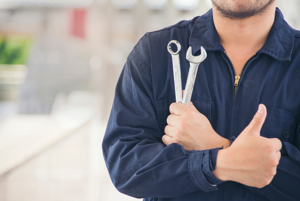 auto mechanic giving a thumbs up